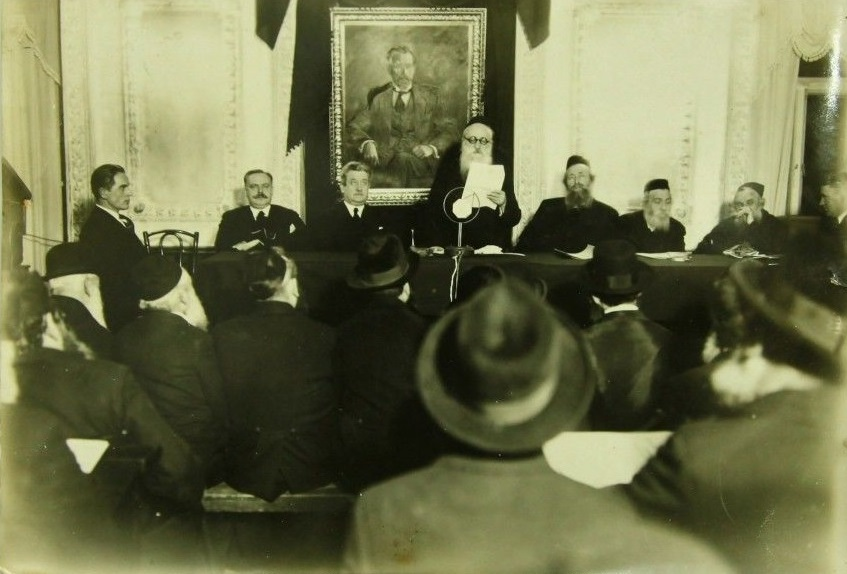 רבי שלמה פיינזילבר נואם באסיפת רבנים--זליג ראובן בנגיס